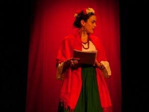 """Sarah Vernette dans son spectacle sur Frida Khalo """"Viva la vida""""."""