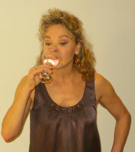 """Grâce de Capitani soutient Assia Bibi en buvant le verre d'eau """"interdit""""."""
