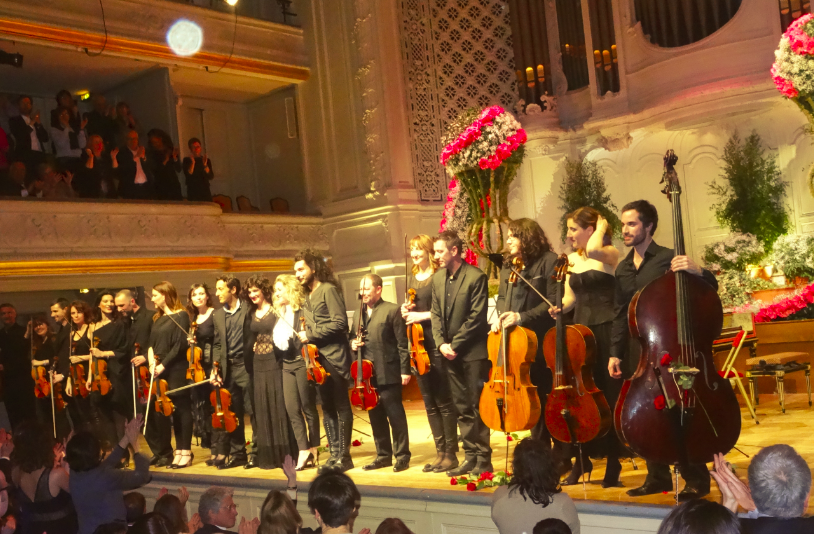 Nemanja Radulovic, Laure Favre-Kahn au piano et l'ensemble Double Sens lors du concert.
