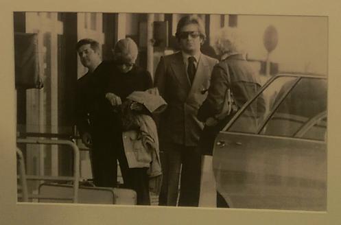 L'une des rares photo de Massimo jeune, ici en compagnie de Greta Garbo (en noir).