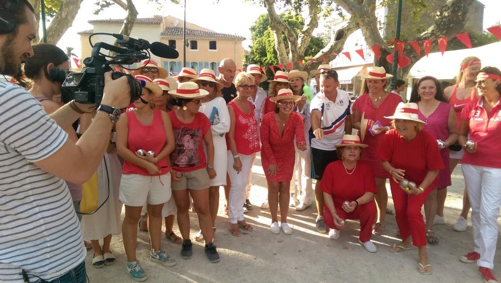"""Isabelle Weill (au centre), donne le coup d'envoi du Challenge féminin """"Go Red For Women""""."""