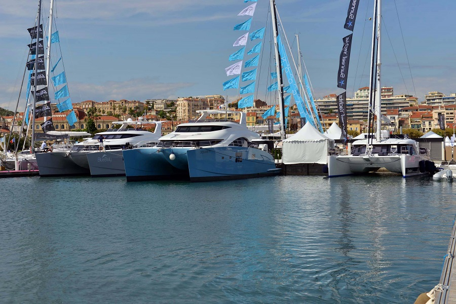 Le Blue Belly et le stand Sunreef sur le port de Cannes.