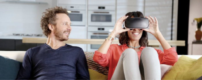 Sinclair et Laurie Cholewa en pleine expérience de réalité virtuelle