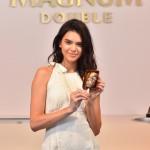 La sublime Kendall Jenner croque son Magnum au Festival de Cannes