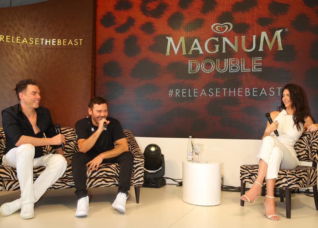 Les célèbres photographes Mert Alas, Marcus Piggott et le Top Model Kendall Jenner lors de la conférence de presse
