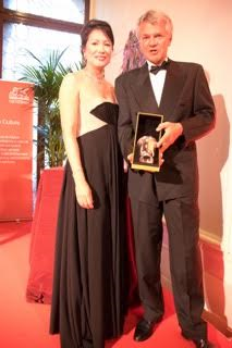 Pia Piard et Olivier Weber recevant le cadeau de Odiot