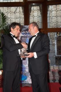 le Lauréat recevant le Prix des mains de Philippe Donnet, Président de Generali