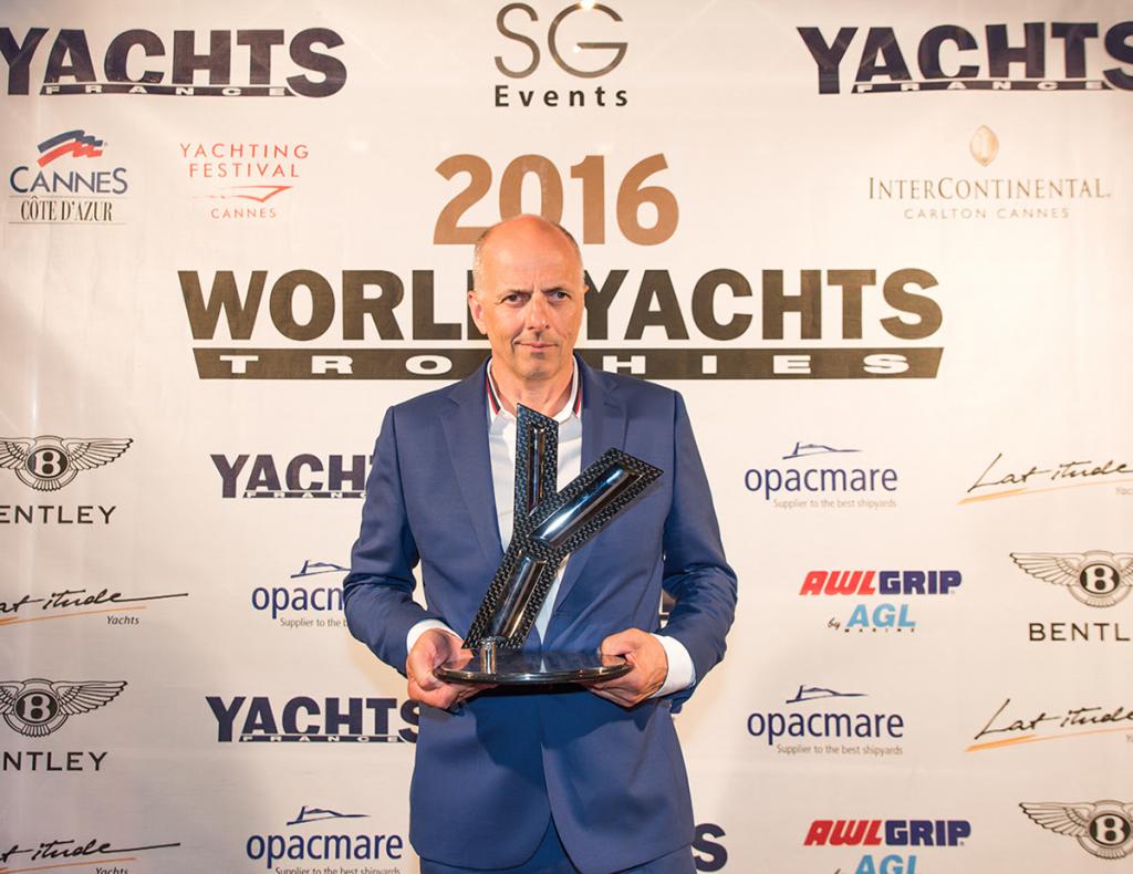 Francis Lapp recevant le prix du meilleur aménagement au Gala World Yacht Trophies