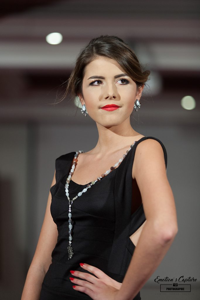 """Mannequin portant un collier """"Vos bijoux d'ailleurs""""."""
