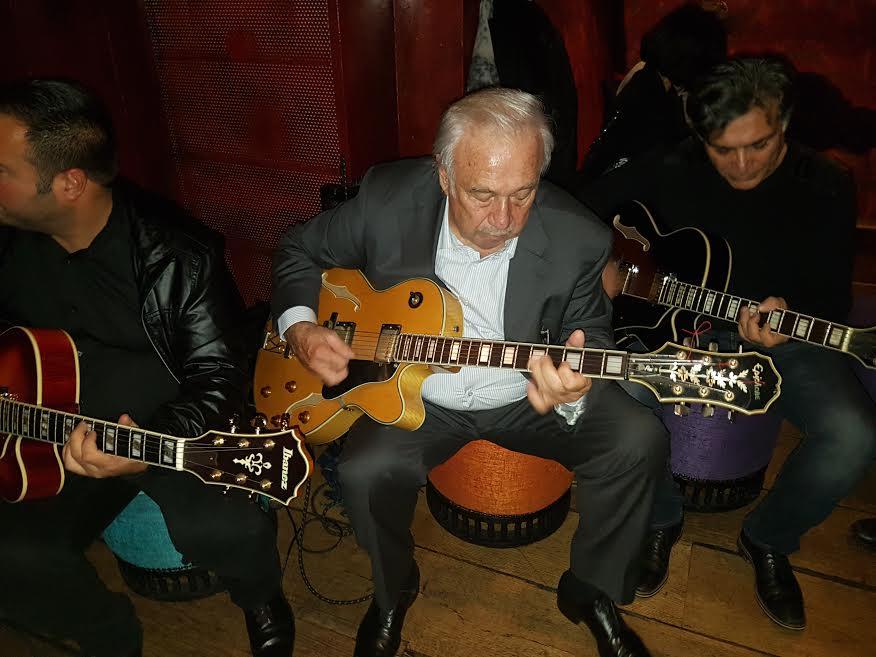 Marcel Campion à la guitare, pour fêter son nouveau livre.