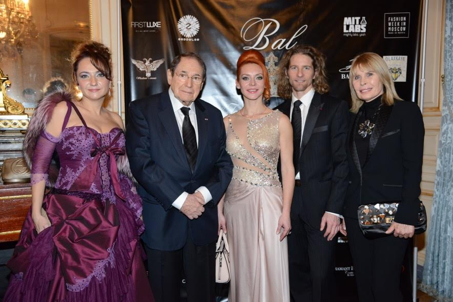 Anastasia en compagnie de Robert Hossein et d'autres invités