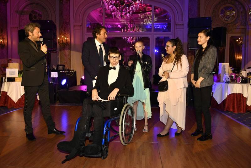 Jerôme Antony et Fabrice Ravaux sur la scène du Carlton, avec des enfants malades.