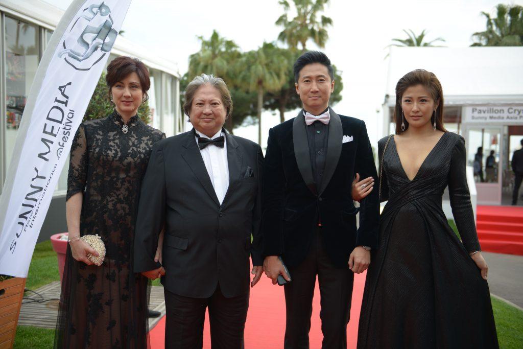Sammo Hung (centre), Timmy Hung, et leurs épouses