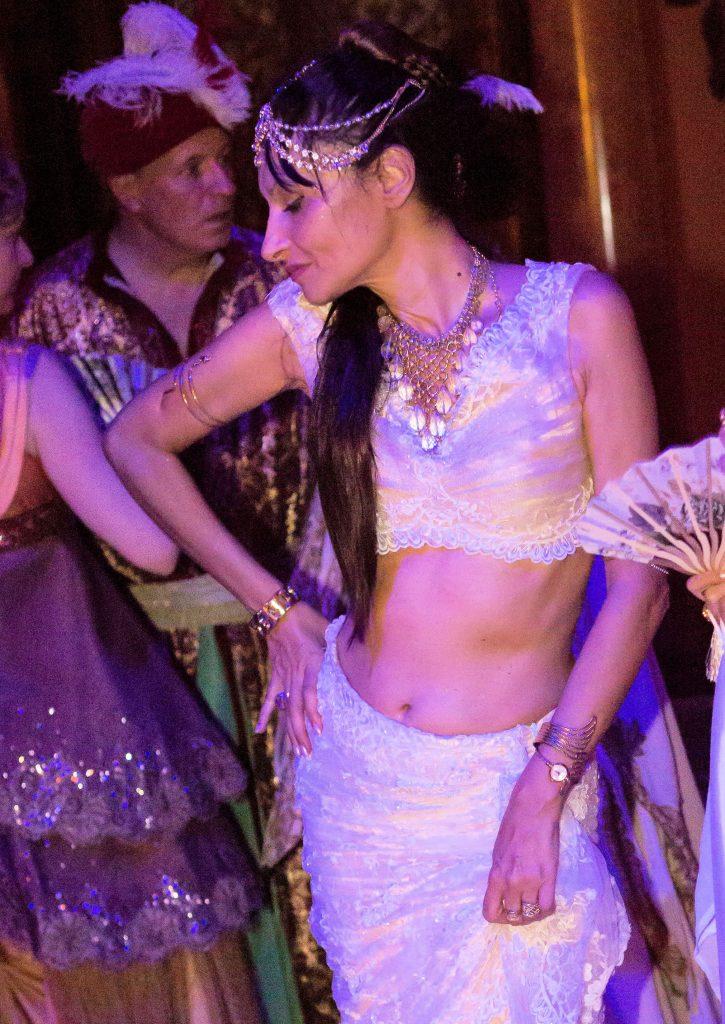 Calypso de Sigaldi habillée en Lionel Gonis