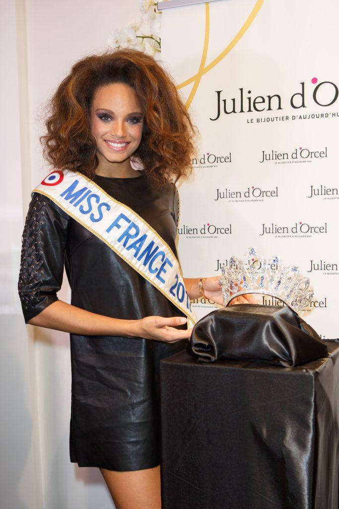 Alicia Aylies, Miss France 2017, lors de la révélation de la couronne Miss France 2018 par le bijoutier Julien D'Orcel.