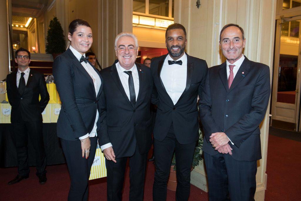 Jean-Michel Aubrun et Hervé Michel-Dansac en compagnie de Habib Beye et son épouse (Canal +)