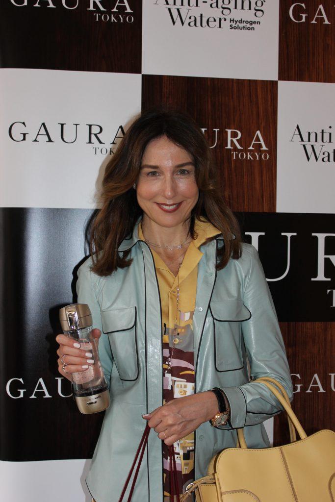 Elsa Zylberstein tient dans la main une bouteille Gaura Walk
