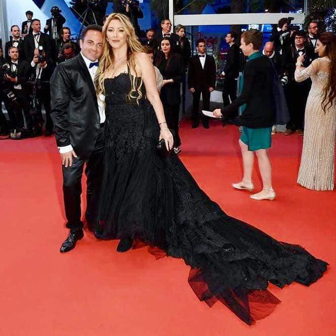 Laurent Amar habillé en JMF Création, et Loana habillée par Estelle Rochat lors de leur montée des marches.